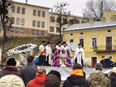 У Чернівцях воду освячували на площі Пресвятої Марії – фото