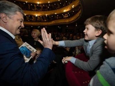 Порошенко прийшов послухати колядки в Оперний театр: його зустріли оплесками