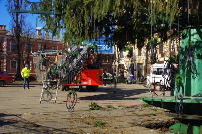 Головну ялинку Чернівців почали розбирати – фото