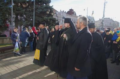 «Дзвін тужить за героями»: у Чернівцях вшанували пам'ять загиблого бійця – фото