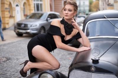 Ще одна українка захотіла продати свою цноту: гарячі фото