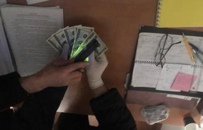 На Буковині на хабарі затримали чиновника РДА - оновлено