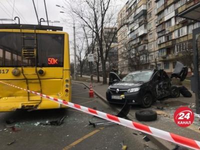 У Києві легковик з чернівецькими номерами потрапив у смертельну ДТП - фото