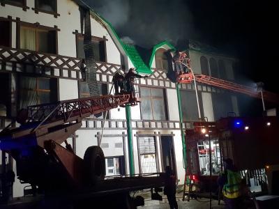Масштабна пожежа на Буковині: у Новоселиці вночі горів ресторан – фото