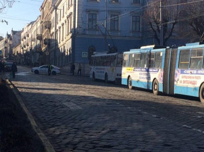 У центрі Чернівців поліція через навчання перекрила рух транспорту на Головній