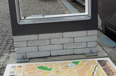 У центрі Чернівців вандали зруйнували туристичну стелу – фото