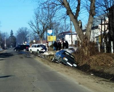 У Сторожинці зіткнулись два ВАЗи, одна з автівок вилетіла з дороги