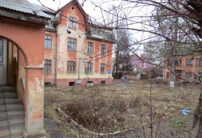 Бывший тубдиспансер в Черновцах продадут на аукционе