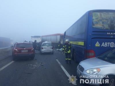 """На трасі """"Одеса-Київ"""" зіштовхнулися відразу 11 авто. Одна людина загинула"""