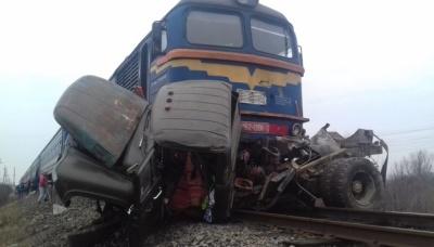 На Закарпатті потяг протаранив вантажівку. Двоє людей загинули