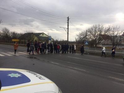 На межі Буковини і Прикарпаття перекрили трасу: селяни вимагають об'єднання зі Снятином