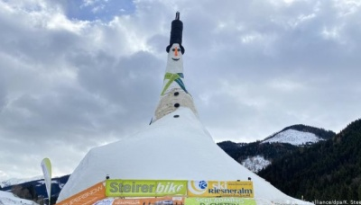 В Австрії зліпили найбільшого у світі сніговика