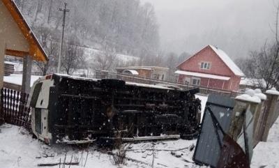 Рейсовий автобус «Чернівці–Ужгород» з'їхав у кювет і перекинувся, є постраждалі