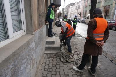У центрі Чернівців примусово демонтували сходи, бо власник збудував їх самовільно - фото