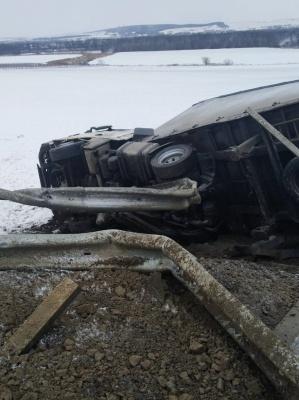 Снігопад на Буковині: на дорогах області затори, фури у кюветі - фото, відео