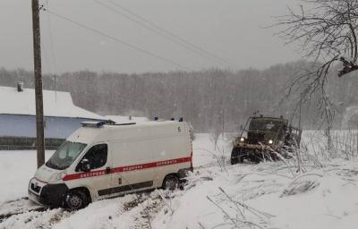 На Буковині рятувальники витягали швидку, яка застрягла через негоду