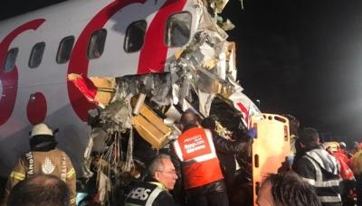 У Стамбулі літак під час приземлення розламався на частини. Поранені 52 особи