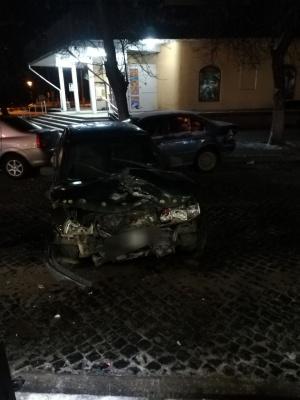Вночі у Чернівцях п'яний водій ВАЗу потрощив дві припарковані автівки - фото