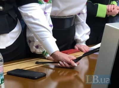 У Раді Тимошенко зламала мікрофон спікера та порізала палець