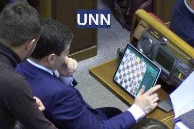 Нардеп під час засідання Ради грав у шахи на планшеті