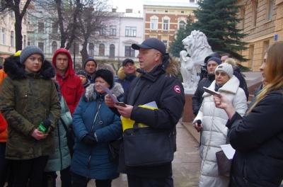 «Не хочу виїжджати за кордон»: біля Чернівецької ОДА пікетують підприємці Калинівського ринку