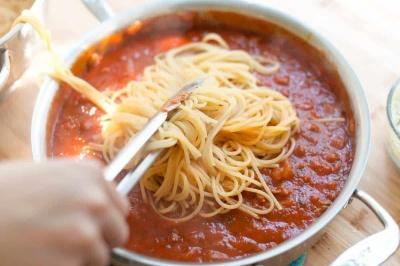 Як мопс потішив мережу своєю любов'ю до спагеті