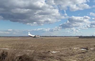 У небі над Чернівцями безперервно кружляють літаки: що сталося