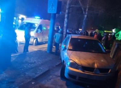 У Чернівцях біля діагностичного центру п'яний водій збив юнака - фото