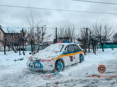 Мешканці Дніпра зліпили зі снігу патрульне авто і викликали поліцію: фото