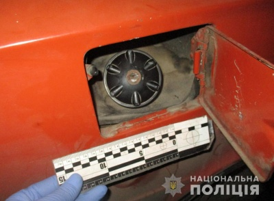 На Буковині поліція затримала 19-річного юнака, який крав пальне з автомобілів