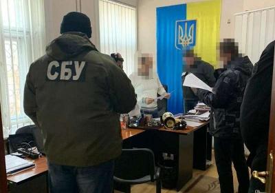 На Буковині викрили працівників міграційної служби, які брали хабарі за виготовлення паспортів
