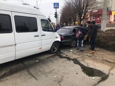 На перехресті в Чернівцях бус врізався у BMW: є потерпілі