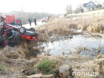 На Львівщині авто впало в озеро. Загинули 4 молодиків