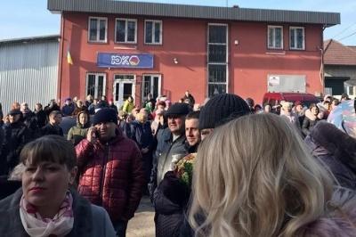 На Львівщині мешканці селища Шкло мітингували через чутки про розміщення в місцевому санаторії українців з Китаю