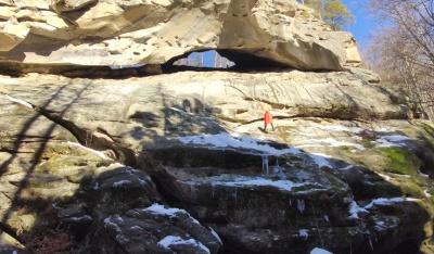 Відомий мандрівник виконав на сопілці «Аркан», висячи на крутій скелі буковинських Карпат – відео