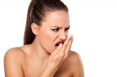 Професор пояснив, які хвороби ховаються за поганим запахом з рота