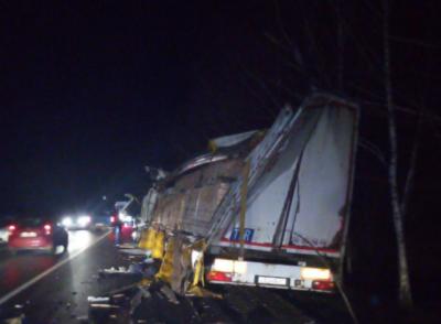 Дві вантажівки з Буковини зіткнулися на Прикарпатті: один із водіїв у лікарні - фото