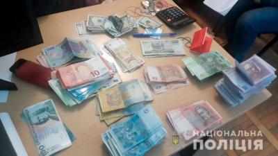 За добу в Чернівцях викрили вісім нелегальних валютників