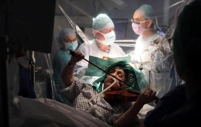 Операція під музику: британка грала на скрипці, поки їй видаляли пухлину мозку - відео