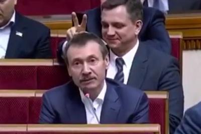 Нардепу з Буковини «поклали» ріжки під час його виступу у ВР – відео