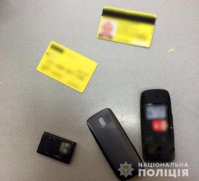 У Чернівцях грабіжник вдарив перехожого чоловіка, відібравши в нього телефон
