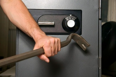Анекдот дня: як зламати банківський сейф