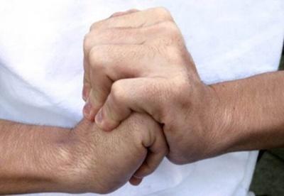 Травматолог попередив про небезпеку звички «хрустіти» суглобами