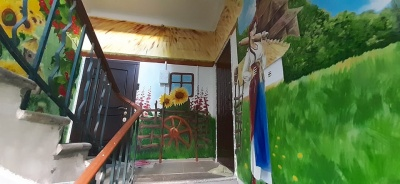 Хата під соломою, козаки та герб: у Кривому Розі чоловік розмалював старий під'їзд в українському стилі – фото