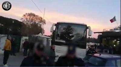 В Італії місцеві заблокували автобус із туристами через страх до коронавірусу - відео