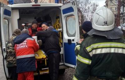 На Буковині госпіталізували чоловіка, який впав з висоти, ремонтуючи дах