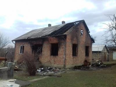 У Чернівцях згорів будинок: родина залишилась без даху над головою, чоловік отруївся чадним газом