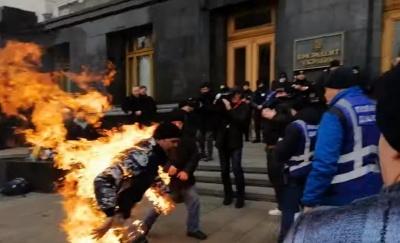 Біля Офісу президента чоловік підпалив себе: поліція встановлює його мотиви