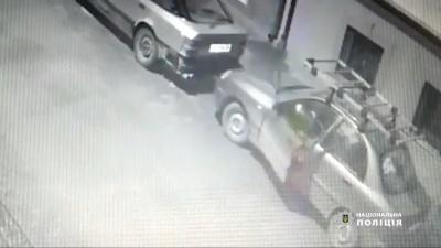 На Буковині п'яний чоловік вкрав автівку і врізався в огорожу – відео
