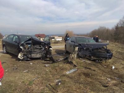 Обганяв вантажівку: на Буковині водій на Audi врізався у Skoda - фото